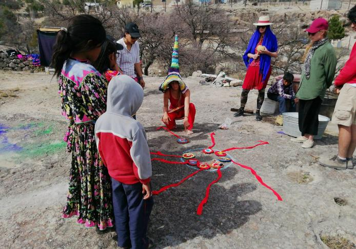 Joy of weaving, playing games with Raramuris, interactive performance, handcrafts, weaving